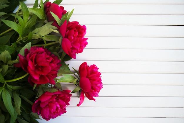 美しい牡丹の花束があります