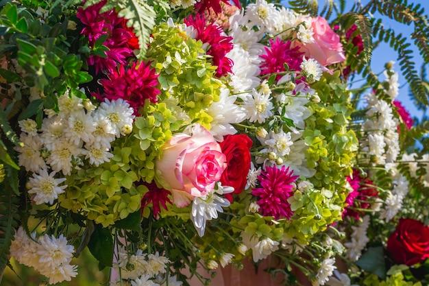 真ん中にバラが咲く鮮やかな花の花束_