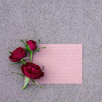 디자인을 위한 장소가 있는 콘크리트에 밝은 장미 꽃다발.