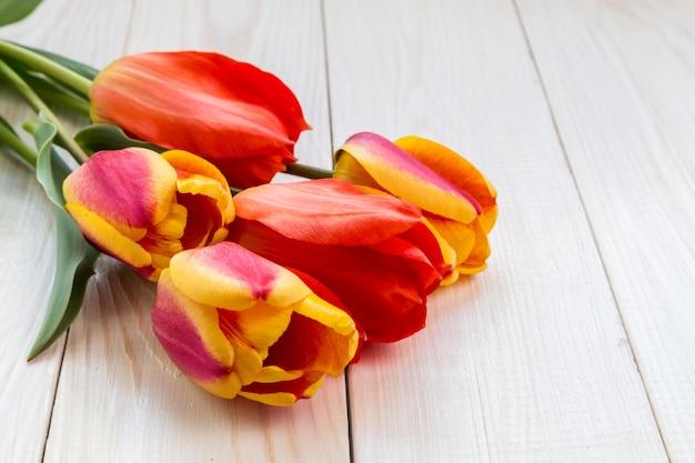 コピースペースのある明るいチューリップの花束