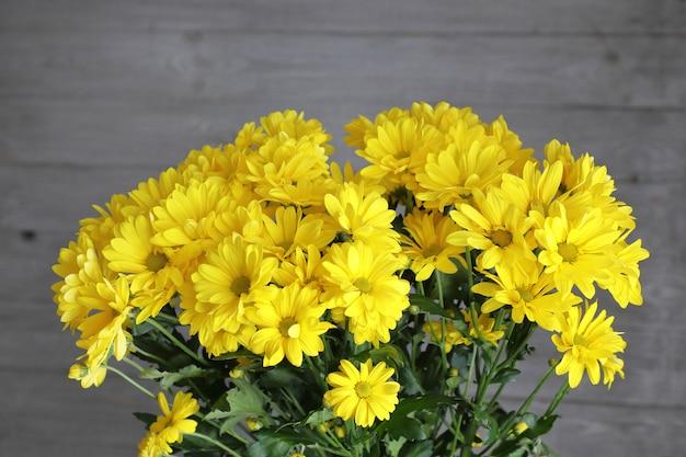 鮮やかな黄色の花の花束。