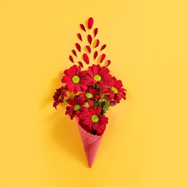 Букет хризантем в вафельном стаканчике