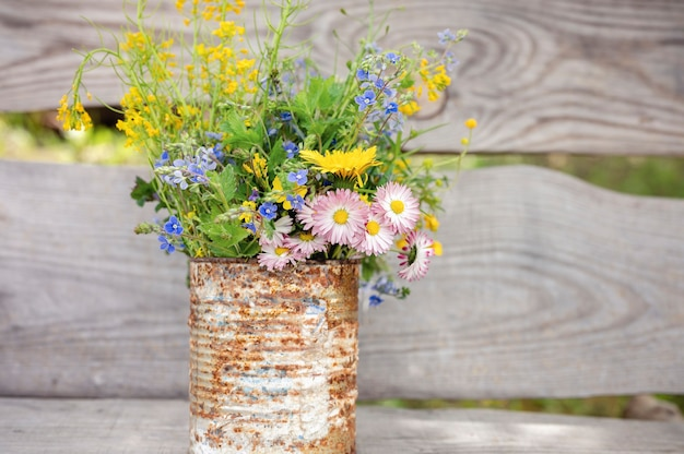 デイジーと黄色いタンポポの花束