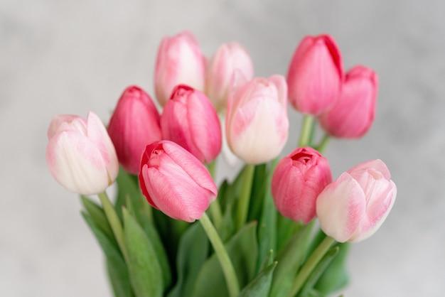 Букет нежных розовых тюльпанов к празднику. день матери, день рождения, день влюбленных. нежная открытка. мягкий выборочный фокус.