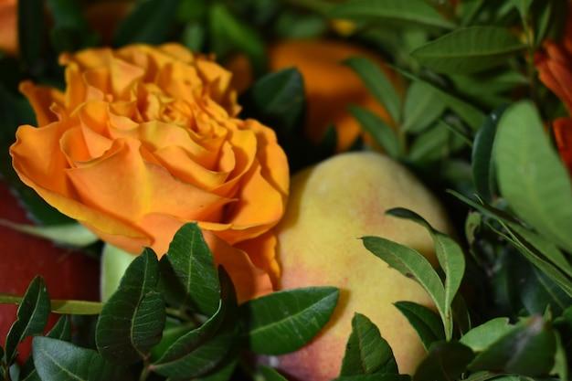 花と新鮮な果物の花束