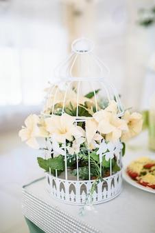 Букет цветов в декоративной клетке