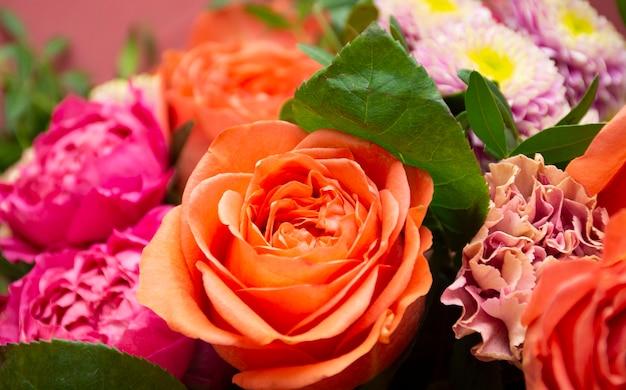 ベージュの背景に花の花束バラ牡丹菊カーネーション