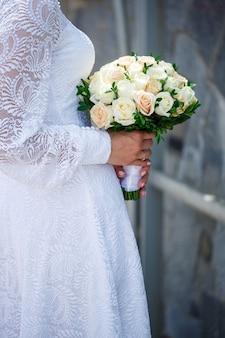 花嫁の手に生花の花束