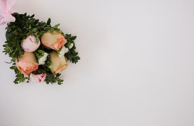 텍스트에 대 한 장소를 가진 흰색 배경에 신선한 꽃의 꽃다발. 장미와 웨딩 부케
