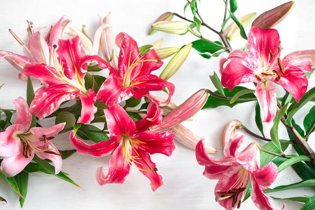 明るい表面に新鮮なユリの花束。花の配達の概念。