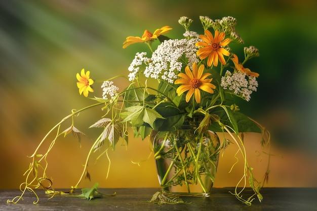 採れたての野花と薬草の花束を屋外のテーブルに