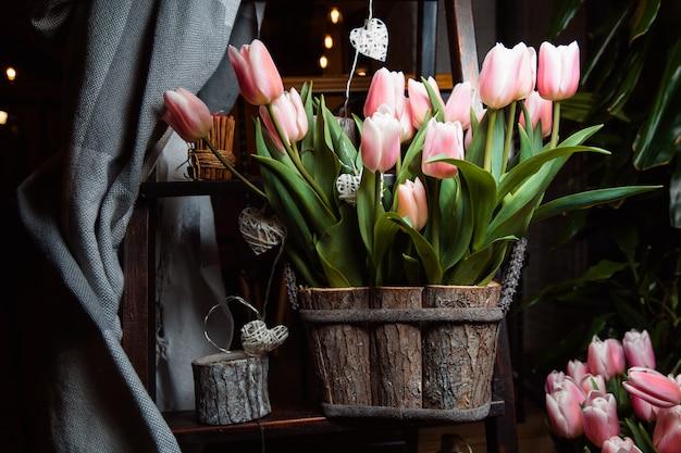 나무 상자에 부드럽게 핑크 튤립 꽃다발.