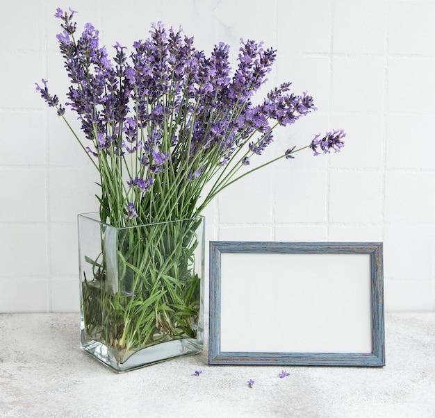 부엌 내부에 있는 라벤더 꽃다발. 테이블에 프레임 모형입니다.