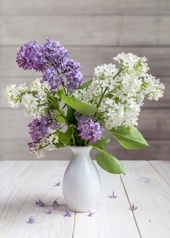 白い花瓶にライラックの花束
