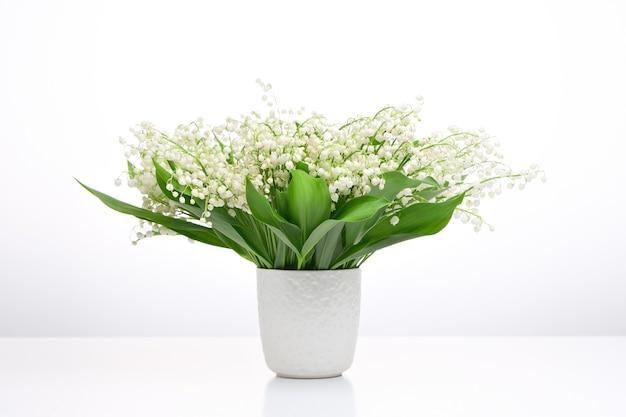 흰색 꽃병에 은방울꽃 꽃다발