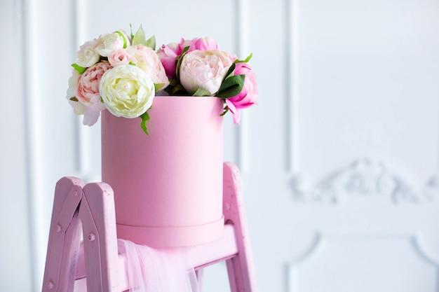Букет пионов в красивой розовой коробке
