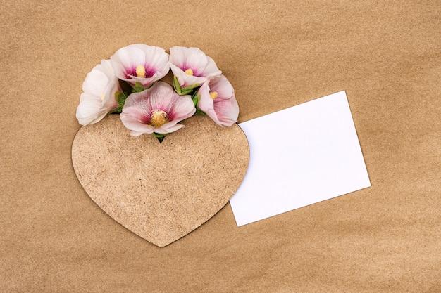 하트와 함께 핑크 꽃 mallow의 꽃다발입니다. 디자인에 대 한 장소 인사말 카드입니다.