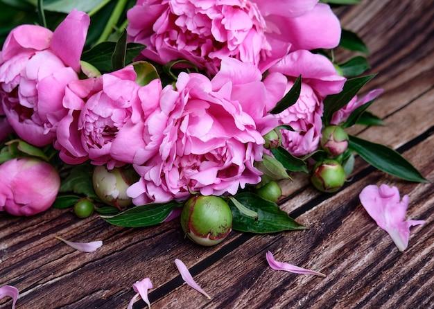 Букет из розовых пионов