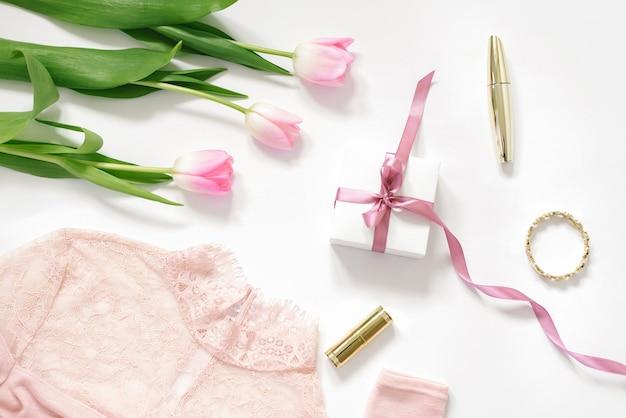 분홍색 튤립 꽃다발, 분홍색 활이 있는 선물 상자, 블라우스, 화장품. 블로거를 위한 발렌타인 데이, 어머니의 날, 생일 및 봄의 개념
