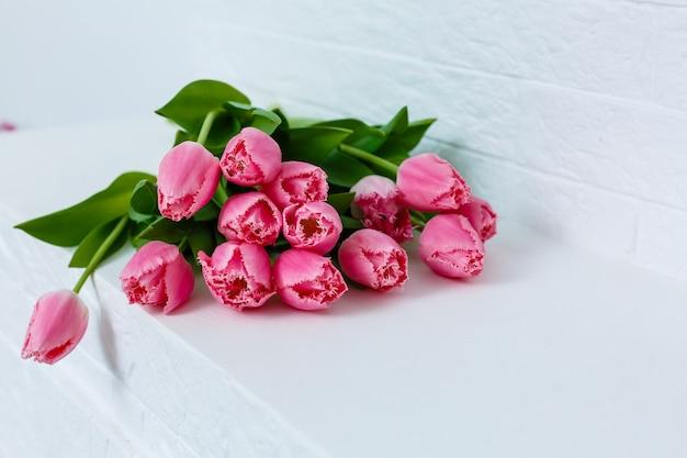 세계 여성의 날을 위해 탁자 위에 놓인 분홍색 튤립 꽃다발