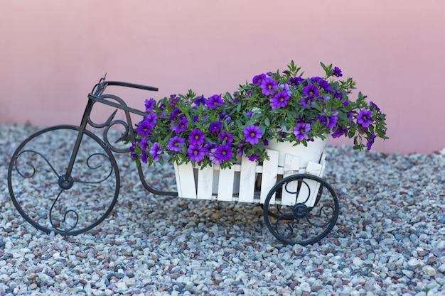 花屋の自転車に立っている紫色の花の花束