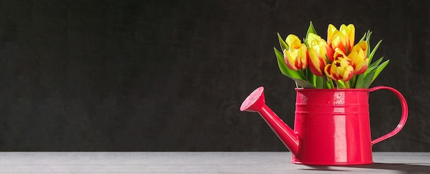 3月の母の日バレンタインデーイースターの装飾への贈り物としてのチューリップの花束
