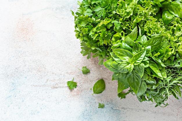 料理用の籐のバスケットにさまざまな庭の芳香性ハーブハーブとスパイスの花束