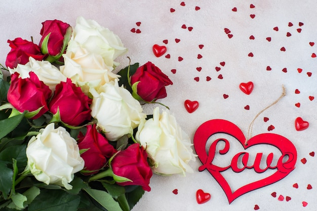 Букет из белых и красных роз и сердечек разных размеров