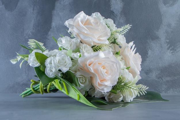 흰색 바탕에 흰색 꽃의 꽃다발. 고품질 사진