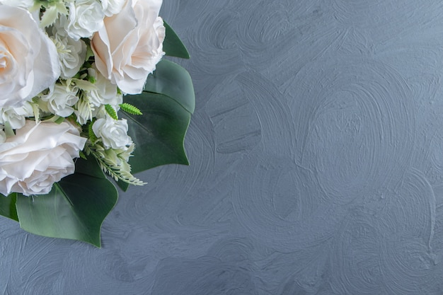 白い背景の上の白い花の花束。