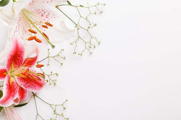 화이트 보드에 흰색 분홍색 꽃 백합의 꽃다발. 공간을 복사합니다. 어머니, 발렌타인, 여성, 결혼식 날 개념.