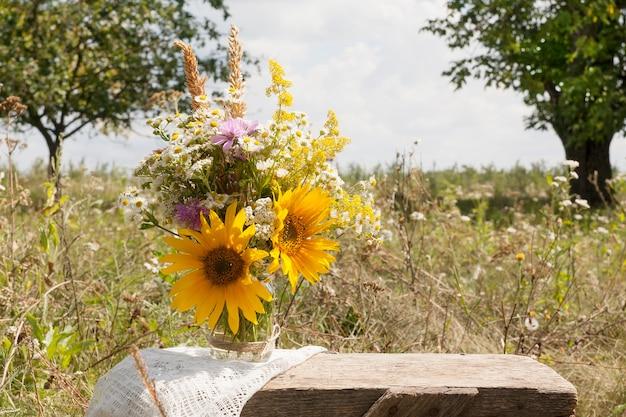 Букет полевых цветов в поле на природе. коттеджная жизнь, летняя концепция