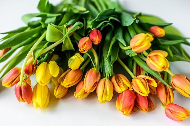黄色オレンジチューリップの花束