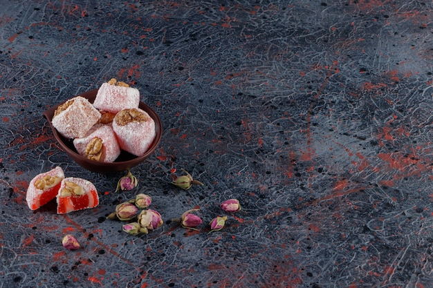 Чаша, полная традиционных рахат-лукумов с цветком мимозы