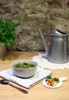 美しくセットされたテーブルにおいしい野菜スープのボウル自家製のおいしい料理