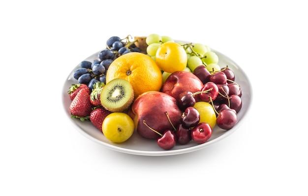 Миска свежих фруктов на белом изолированном фоне.