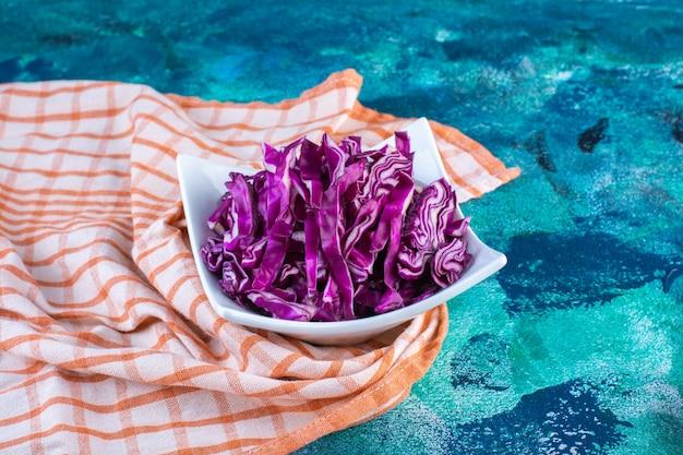 티 타월에 신선한 붉은 양배추 한 그릇