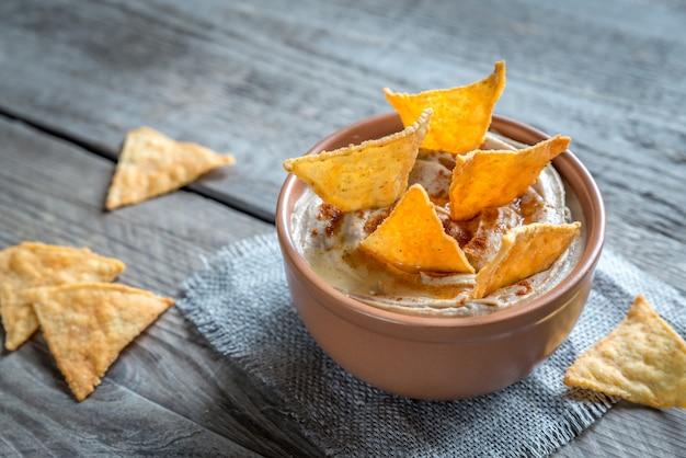 Чаша хумуса с кукурузными чипсами