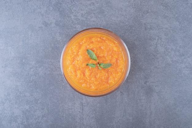 レンズ豆のスープのボウル、大理石の表面。