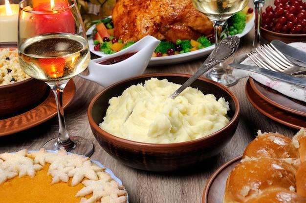 추수 감사절을 위한 파이 칠면조 크랜베리오렌지 소스 중 테이블에 으깬 감자 한 그릇