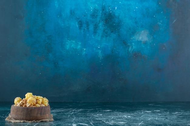 青い背景に、トリベットのミューズリーのボウル。高品質の写真