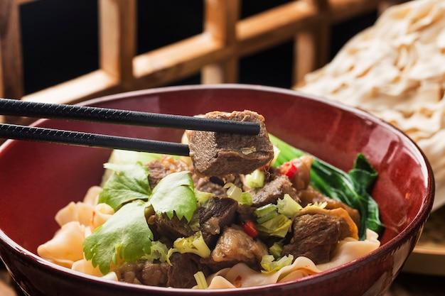 牛肉の煮込み麺丼