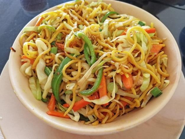 Миска лапши с овощами крупным планом в кафе. вкусное блюдо азиатской кухни