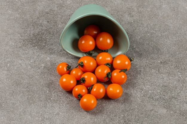 대리석 위에 뒤집힌 토마토 한 그릇.