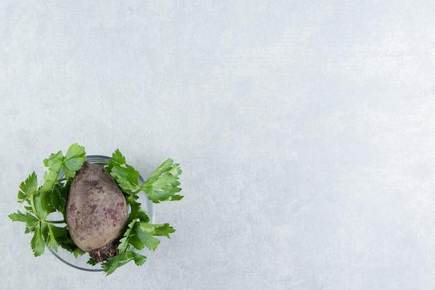대리석에 파슬리와 무 한 그릇.