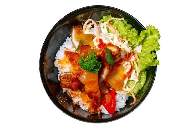 흰색 배경에 격리된 치켄 카츠와 야채를 곁들인 밥 한 그릇, 인도네시아 족자카르타에 있는 일식 레스토랑