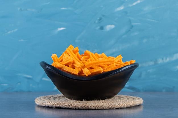 Чаша со сладким картофелем фри на подставке на мраморной поверхности