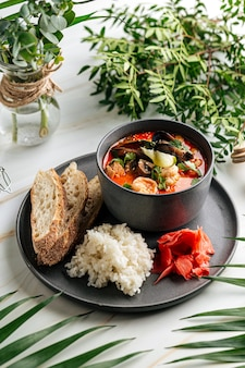 Чаша супа том ям с морепродуктами и рисом с тостами