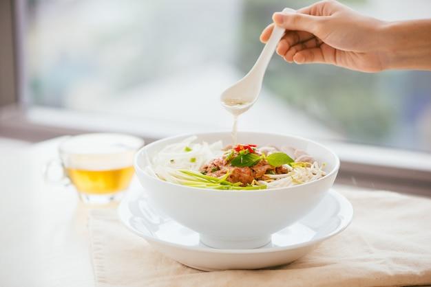 Чаша традиционной вьетнамской лапши фо