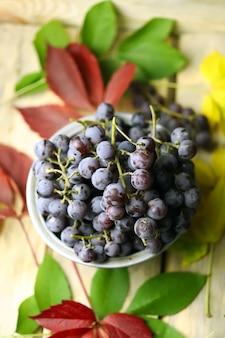紅葉の青ブドウのボウル。上面図